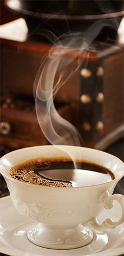 šálek čerstvě pražené kávy
